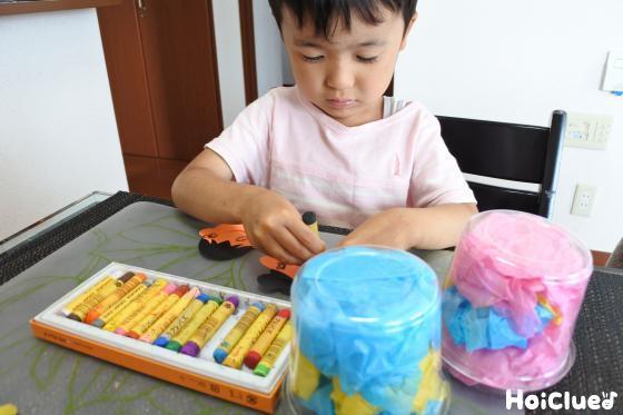 色画用紙で織姫・彦星の顔や手を作る子どもの様子