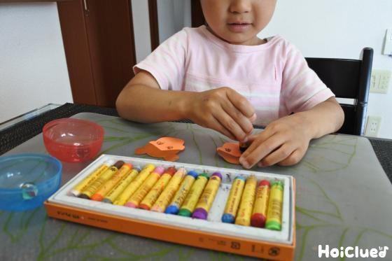 色画用紙で織姫・彦星の顔を作る子どもの様子