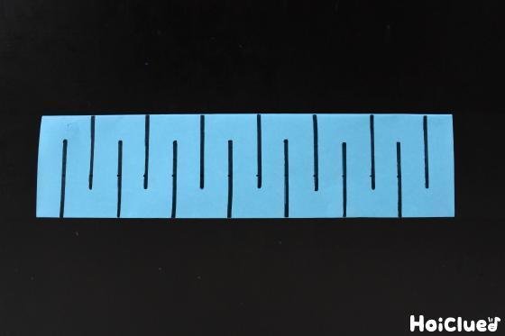 上下交互に線を引いた折り紙の写真