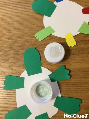 厚紙で作った亀とペットボトルキャップ