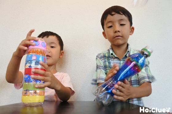へこんだペットボトルと子ども二人