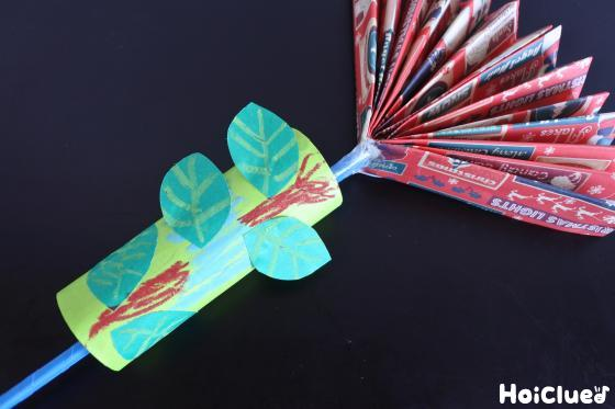 トイレットペーパの芯に葉っぱの飾り付けをした写真