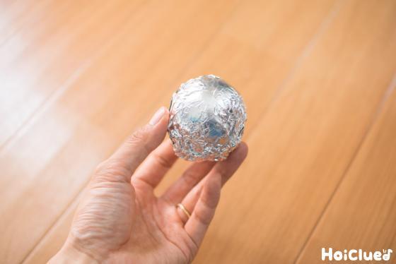ガチャガチャの玉にかぶせて作ったアルミホイル玉