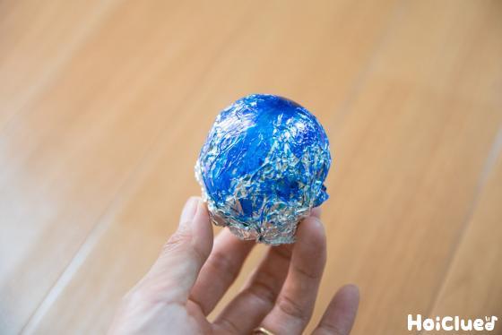 青く塗ったアルミホイル玉