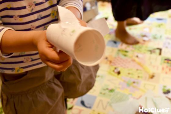 トイレットペーパーの芯で遊ぶ子ども