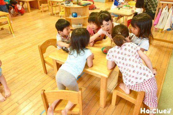1つのテーブルを囲む6人の子どもたちの様子