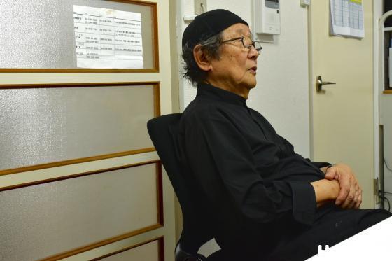 椅子にすわる和久洋三さん