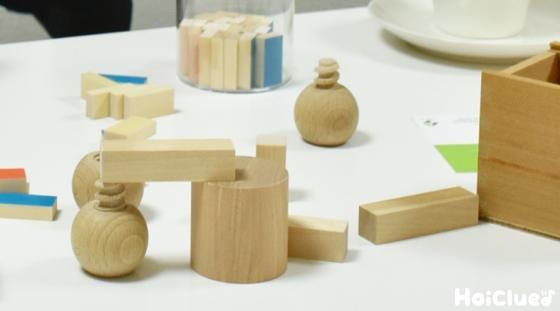 机の上のおもちゃ