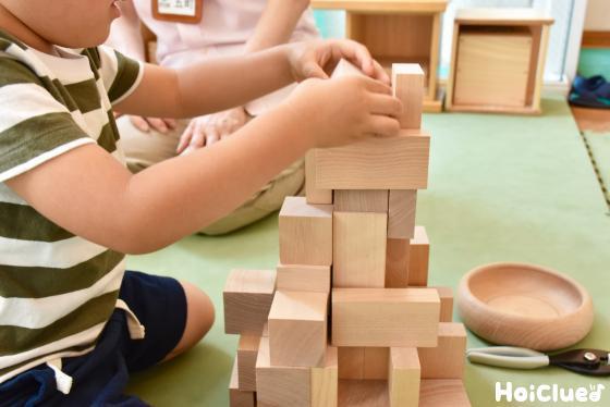 おもちゃを組み立てる子ども