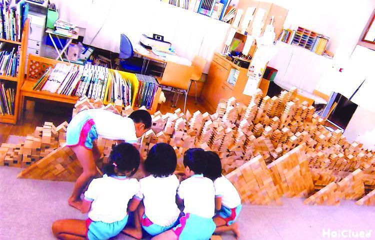 たくさんの積み木を重ねる子どもたち