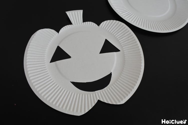 紙皿をジャックオーランタンの顔にカットした写真