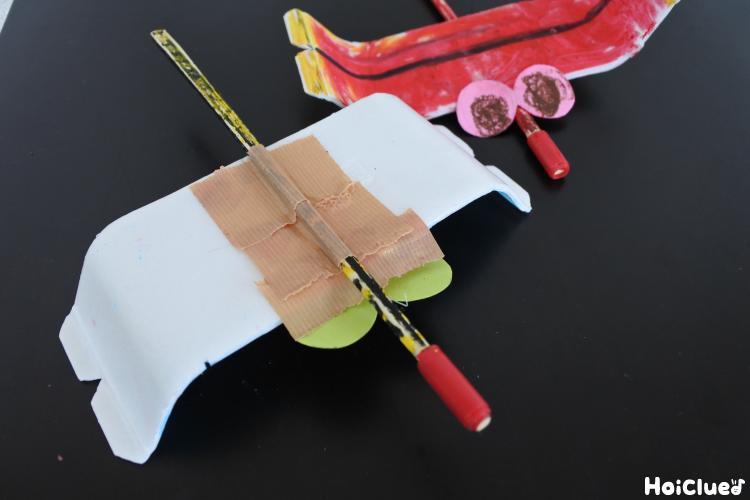 スチール皿の下に割り箸を貼り付けた写真
