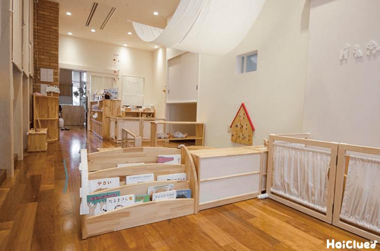 木の素材の本棚やパーティションなどのある教室の写真