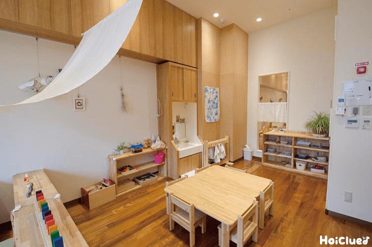 木の素材の机や椅子のある教室の写真