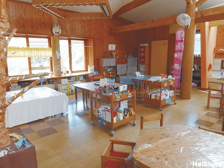 木造りのおもちゃのある教室の写真