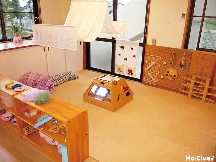 木造りの家具や壁のある教室の写真