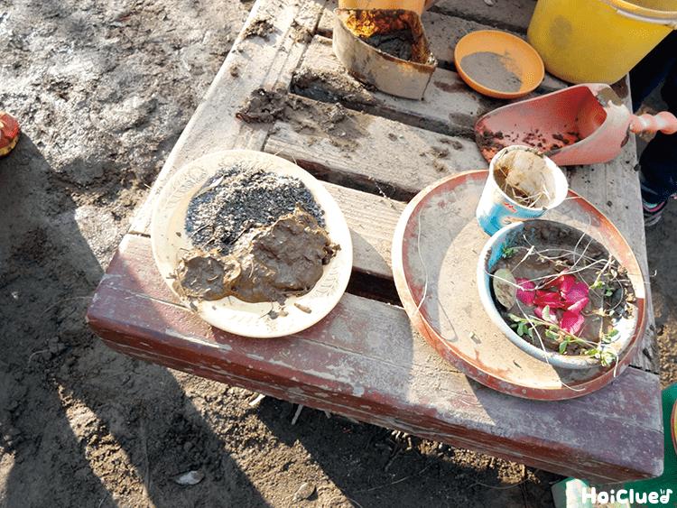 道具にいろいろな砂や草が入っている写真