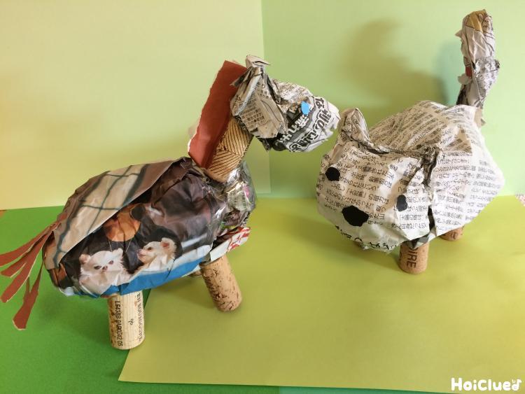 新聞紙とコルク栓の動物