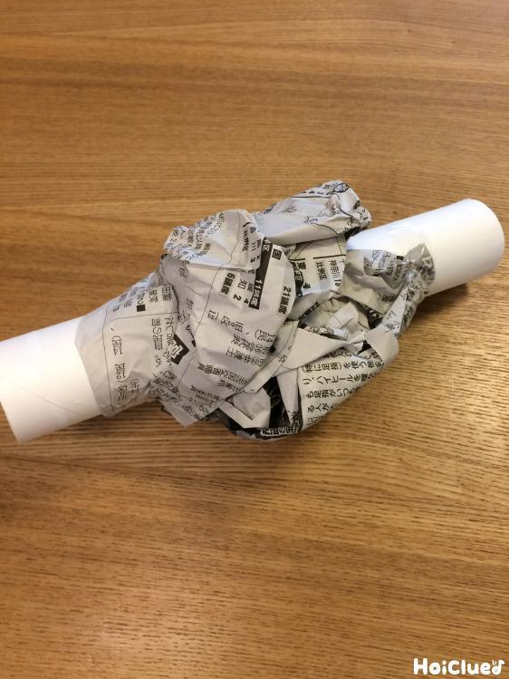 トイレットペーパーの芯の周りに新聞紙を巻いた様子