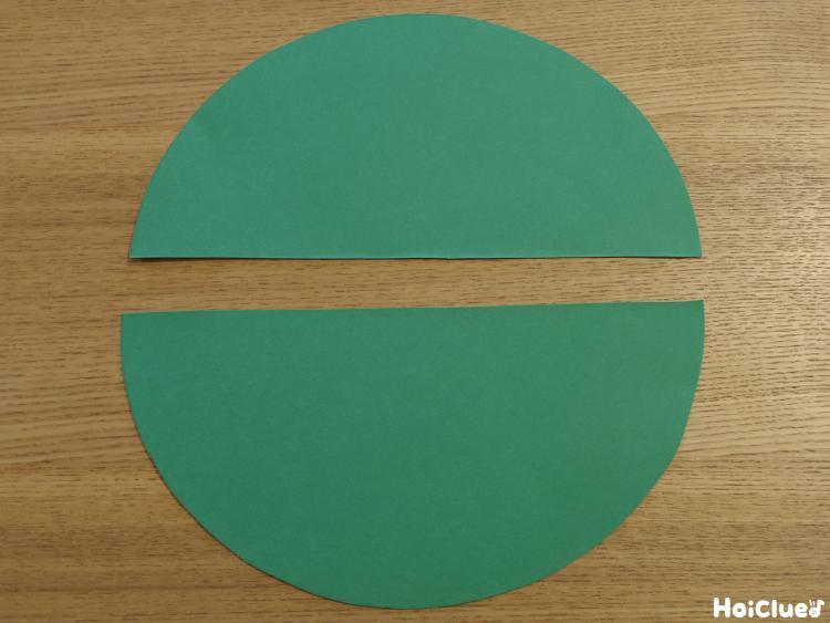 画用紙で緑の半円を作った写真