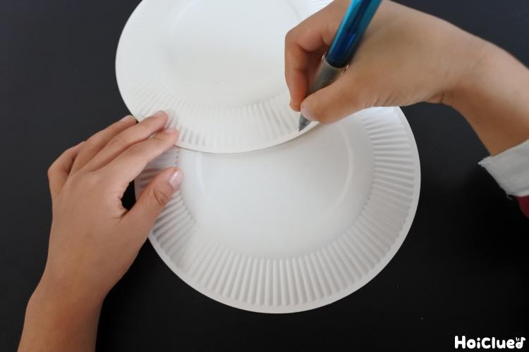 紙皿に印をつけている様子