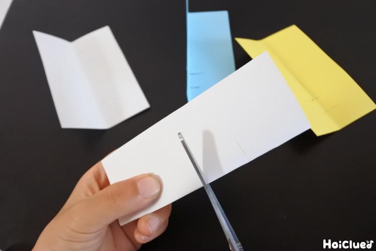 画用紙を切っている様子