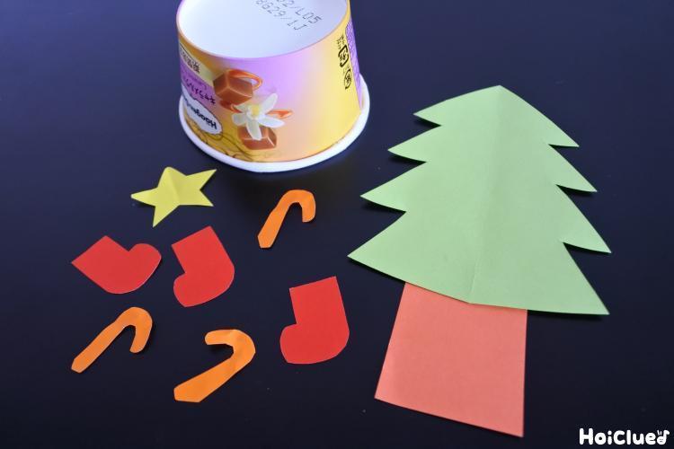 空きカップとクリスマスの飾りの写真