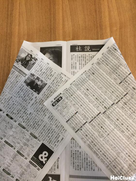 新聞紙で蓑を作る様子