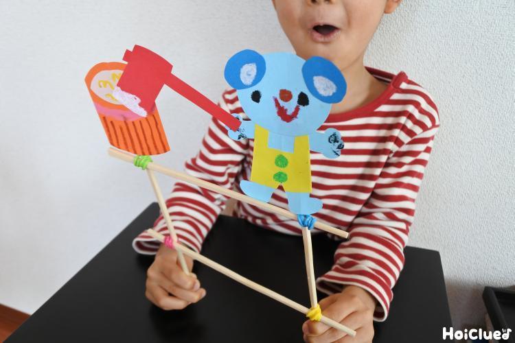 割り箸を動かして遊ぶ子どもの様子
