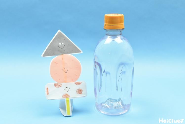 画用紙のおでんと水の入ったペットボトルの写真