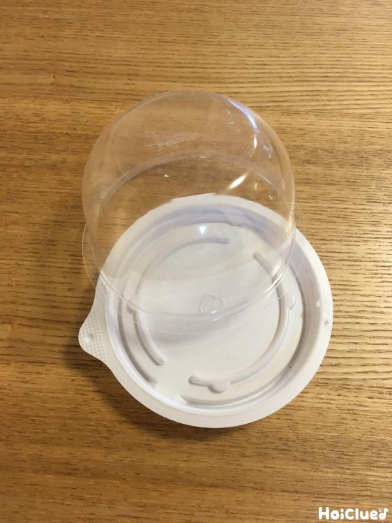 底のついた丸いデザート容器の写真