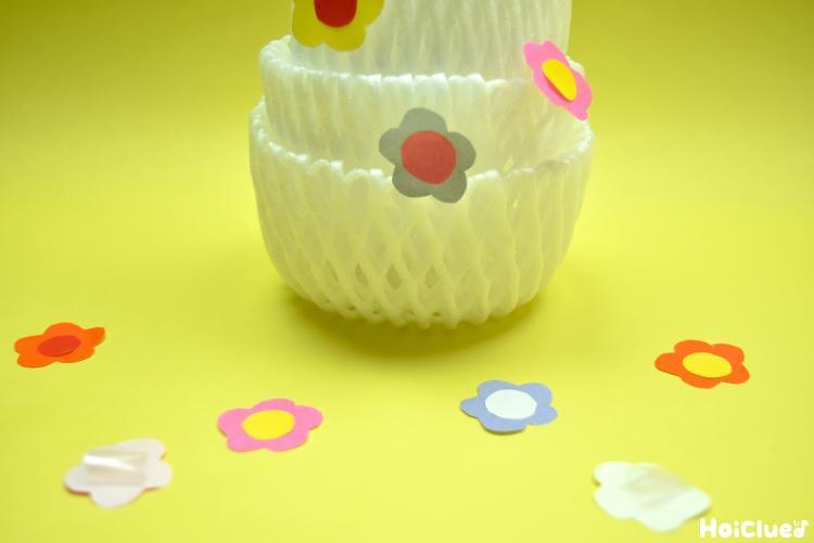 フルーツキャップと花びらの写真