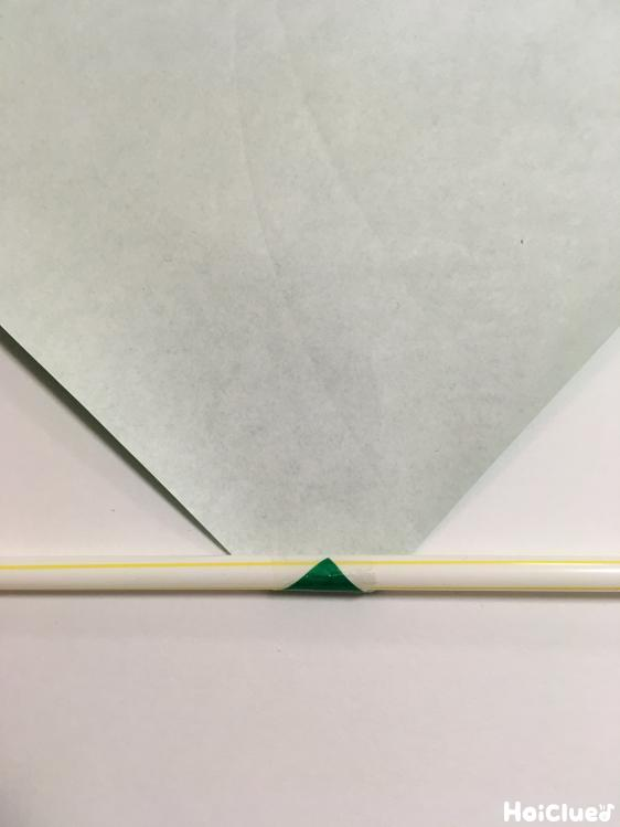 ストローに折り紙を巻きつけている写真