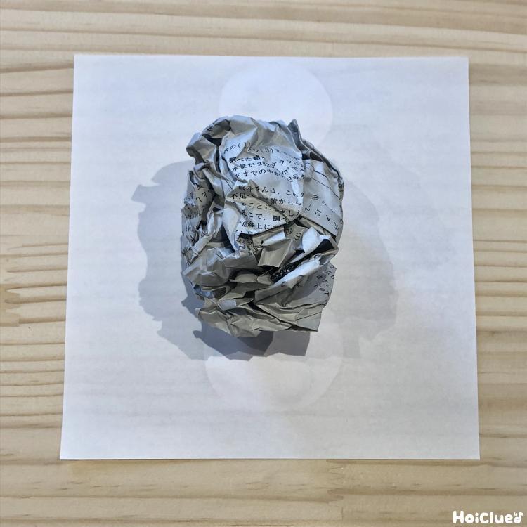 折り紙の上に丸めた新聞紙を置いた写真