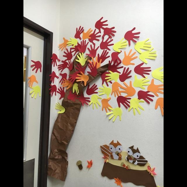 【アプリ投稿】秋の壁面 子どもたちの手型