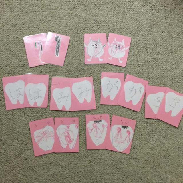 【アプリ投稿】虫歯予防デー カードゲーム作り。きれいな歯と、虫歯のカード、歯ブラシにバイキンマン、『は、み、が、き』の文字で 2枚ずつカードを作りばばぬきや、メモリーゲームなどができるように作りました。歯やバイキンマンの絵が書いてある台紙を渡し、子どもが色塗り。切り抜き、画用紙に貼った物を ラミネートして切りました。