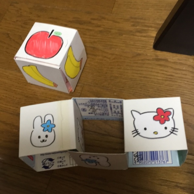 【アプリ投稿】・牛乳パックを三等分に輪切りにする。・一枚目は、△○○○⇩・二枚目は、△△○○⇩・三枚目は、△△△○⇨自分の好きな絵を2つ決めて描く。・画像にあるリンゴとバナナのように、サイコロにして完成。*全面を揃えたりしてもいいね!