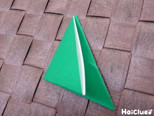折り紙を二回三角に折った写真