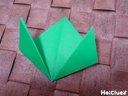 折り紙をチューリップの形に折った写真