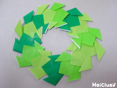 折り紙を輪になるように重ねている写真