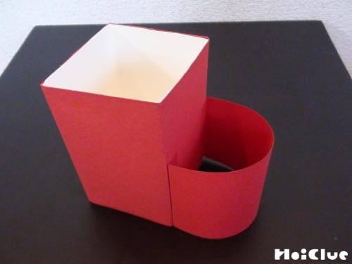 半円形にした画用紙を貼り靴下の形にする様子