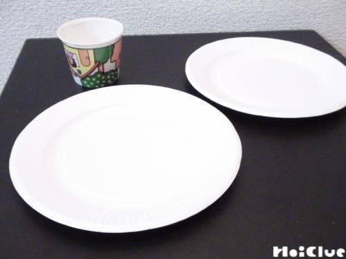 ヨーグルトカップと紙皿2枚