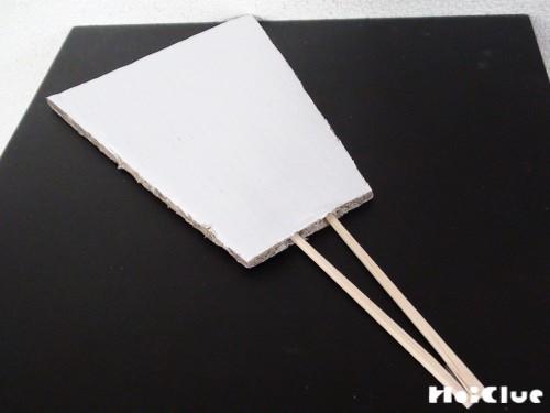 ダンボールに割り箸を二本さした写真