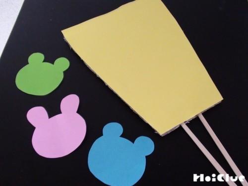 ダンボールに色紙を貼った写真