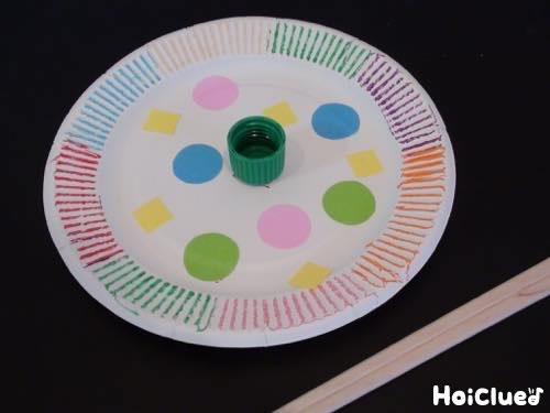紙皿に色付けした写真