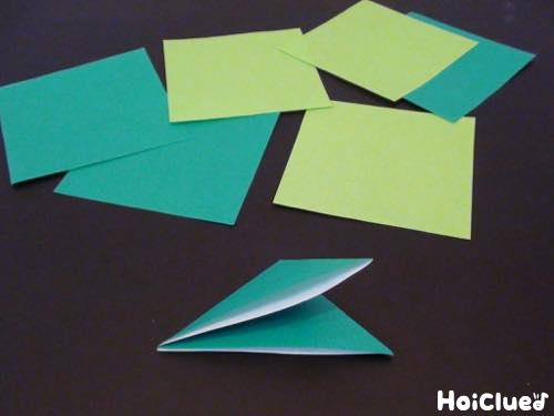 折り紙を四等分に切った写真