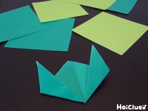 四等分にした折り紙でチューリップ形を作る様子