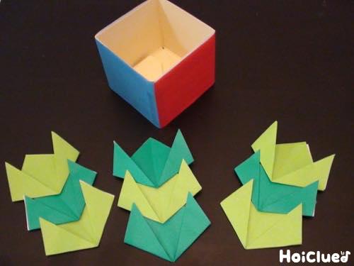チューリップ形を9個作り、3個づつ縦に貼り合わせた写真