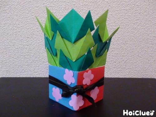 牛乳パックに折り紙を貼り完成した門松の写真