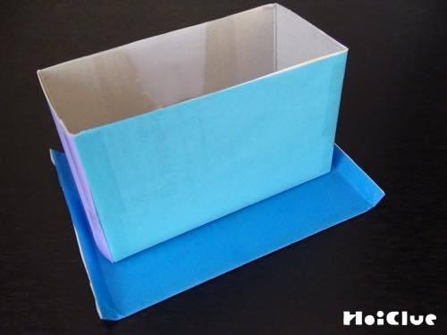 両サイドを折った長方形に半分の箱を乗せた写真